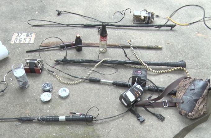 Kích điện và dụng cụ mà nhóm nghi can dùng. Ảnh: Nam Phong.
