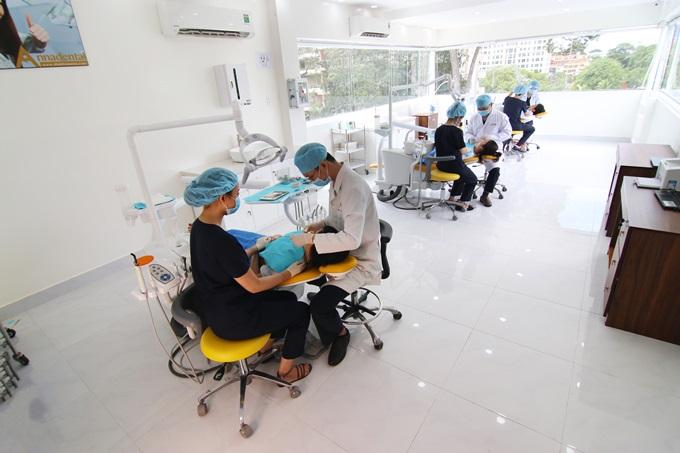Hiện nơi đây cung cấp nhiều dịch vụ chăm sóc răng và thẩm mỹ cao cấp gồm: làm răng sứ, trám răng, nội nha, nhổ răng, tẩy trắng, cạo vôi, niềng răng, phục hình nha hay cấy ghép implant...