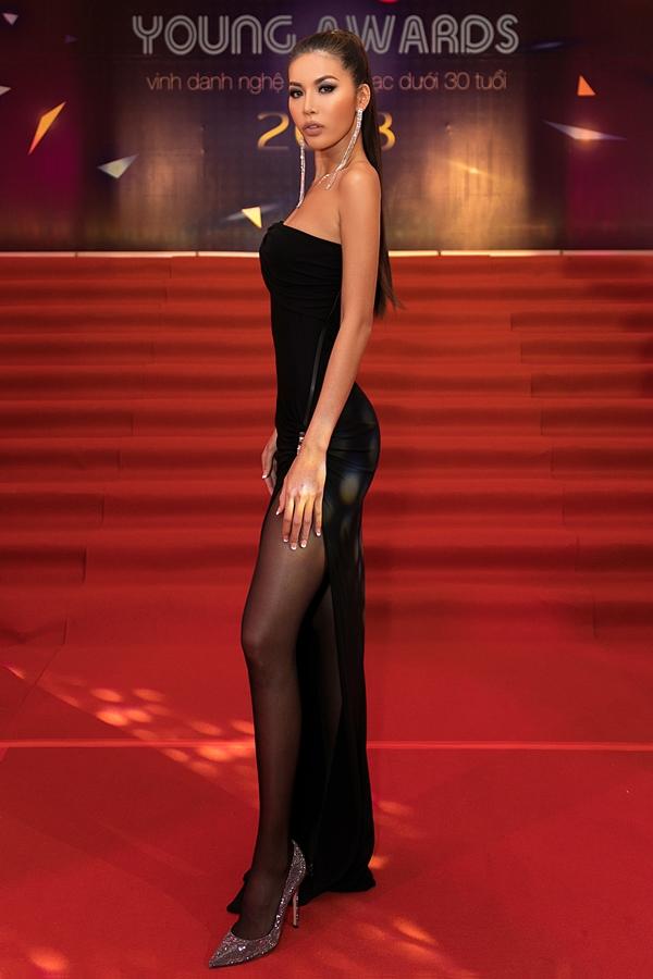 Hoa hậu Minh Tú mặc váy cúp ngực, phô vai trần.