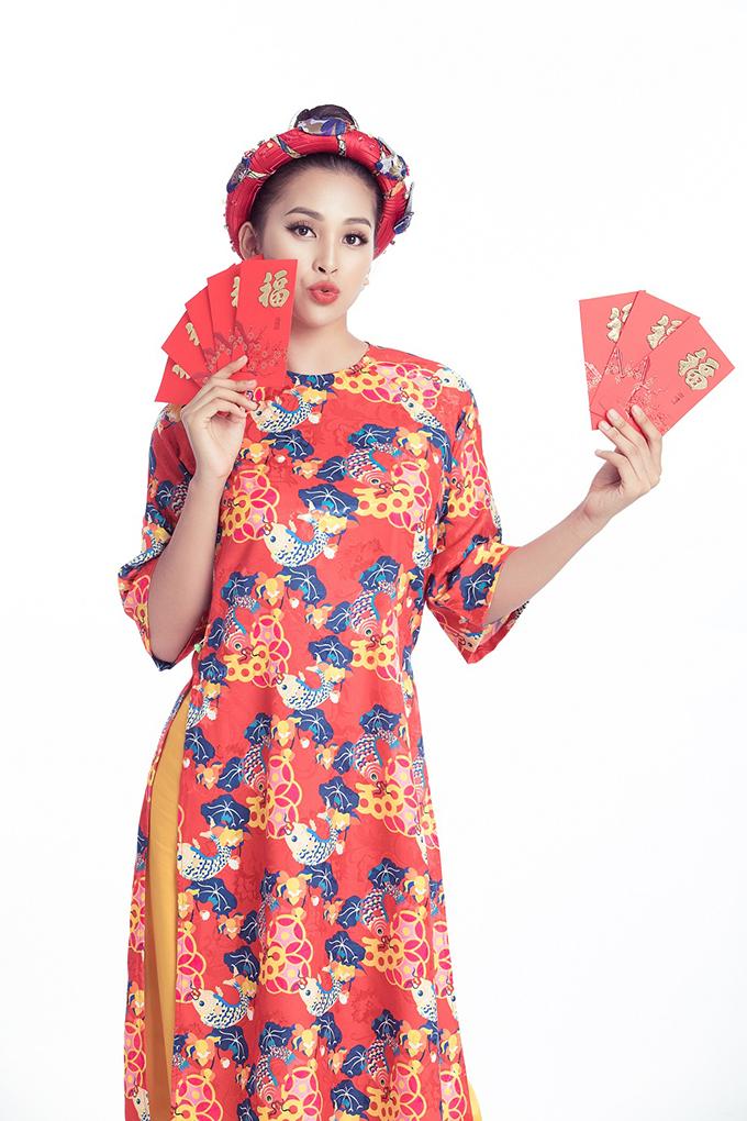 Hoa hậu Việt Nam 2018 - Tiểu Vy không chọn áo truyền thống với tà dài và phom dáng ôm khoe đường cong mà lại diện những mẫu áo dài cách tân với phần và thân suông, rộng. Các thiết kế này được làm từ chất liệu lụa, gấm nhẹ nhàng, thanh lịch, phù hợp với mọi vóc dáng, vừa mang đến sự trẻ trung, hiện đại, vừa giúp các bạn gái thoải mái đi chúc Tết khắp nơi.