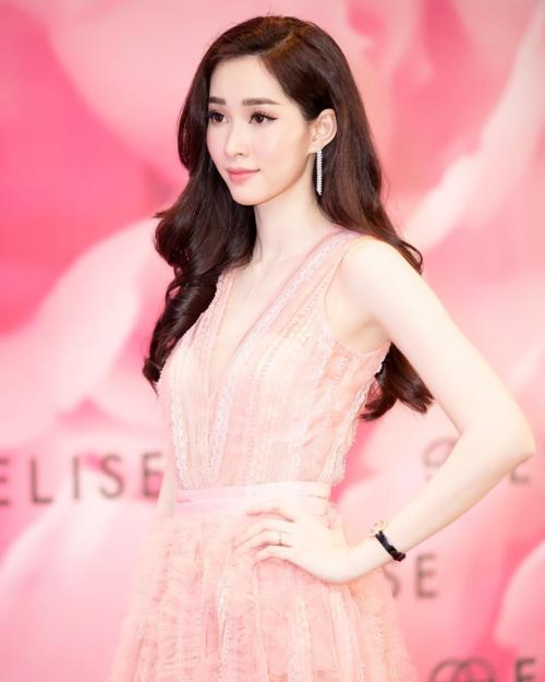 Thần tiên tỷ tỷ Đặng Thu Thảoxinh đẹptrong bộ váy ren hồng điệu đà và tinh tế khi xuất hiện tại một sự kiện ở Hà Nội.