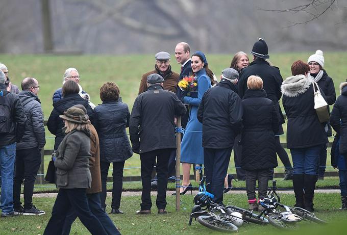 Vợ chồng Kate được nhiều người dân hỏi thăm, tặng hoa trong ngày đi lễ nhà thờ đầu tiên của năm mới tại Sandringham. Ảnh: PA.
