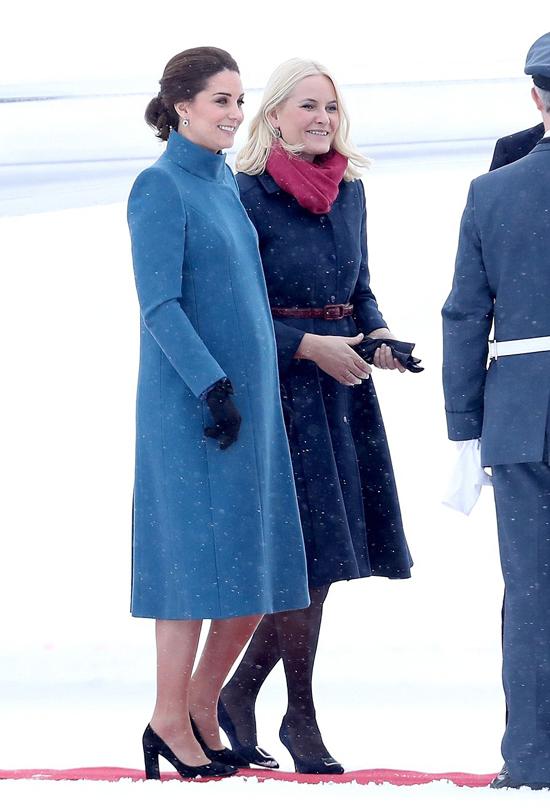 Kate mặc áo khoác của thương hiệu Catherine Walker trong chuyến công du Na Uy hồi tháng 2/2018. Ảnh: UK Press.
