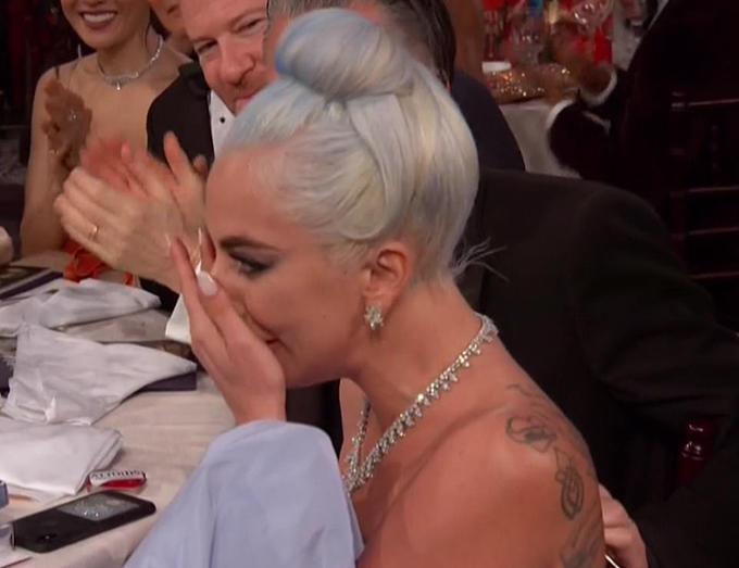 Lady Gaga khóc khi được xướng tên cho hạng mục Ca khúc nhạc phim hay nhất.
