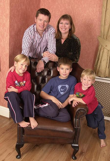 Ông Richard Mason và vợ cùng ba đứa con trai tu hú mà ông từng rất yêu thương. Ảnh: Mail.