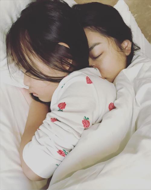 Phạm Quỳnh Anh đăng ảnh ôm chặt con gái Bella khi ngủ cùng chú thích: Mẹ ở đây. Sau ly hôn,Phạm Quỳnh Anh và ông xã Quang Huy mỗi người chăm sóc một con. Quỳnh Anh chăm con gái nhỏ còn Quang Huy nuôi con gái lớn Bella.