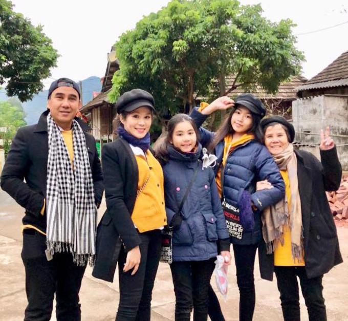 Dạ Thảo - bà xã MC Quyền Linh chia sẻ:Trời rét căm căm nhưng vẫn thương nơi này lắm lắm khi cả gia đình trở lại thăm Mai Châu (Hoà Bình) lần hai.