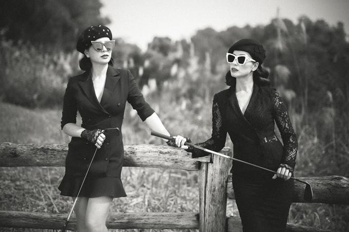 Cả hai sử dụng gậy golf để làm đạo cụ chính xuyên suốt bộ hình.