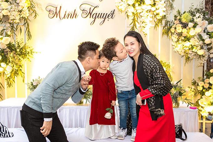Tuấn Hưng hạnh phúc bên vợ vàhai con trong đám cưới của người thân. Trong đêm nhạc tối 4/1 vừ qua,nam ca sĩ thông báo tin vuibà xã Thu Hương đang mang bầu lần thứ ba.