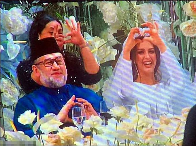 Vua Muhammad V kết hôn với nữ hoàng sắc đẹp Moskva Oksana hồi tháng 11 ở Nga. Ảnh: east2west.