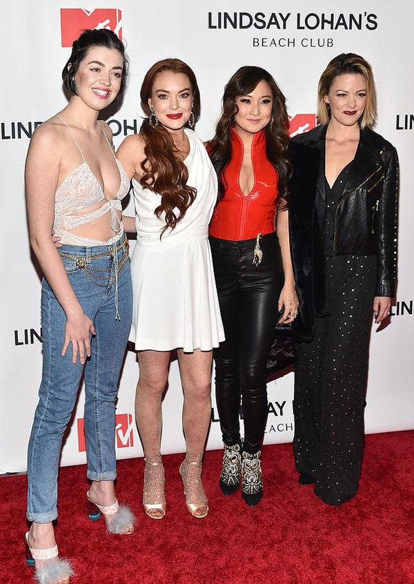 Dàn diễn viên trong vở nhạc kịch Mean Girls 2018 đến chúc mừng Lindsay.