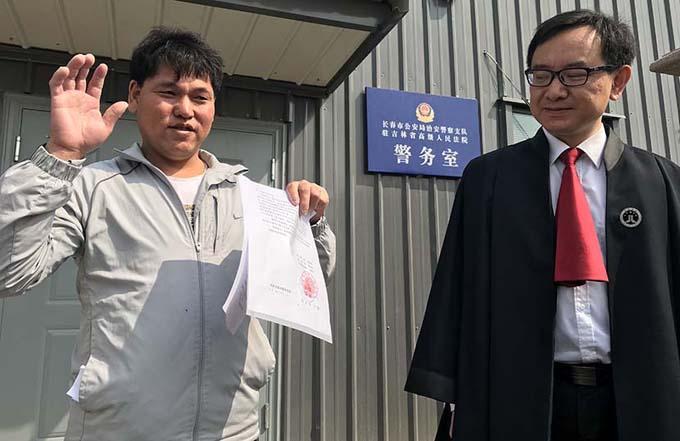 Ông Liu Zhonglin và người đại diện pháp lý sau khi phiên tòa kết thúc. Ảnh: Sixth Tone.