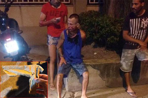 Tên cướp tím tái mặt mày ngồi im khi bị Polyana Viana khóa tay đợi cảnh sát đến.
