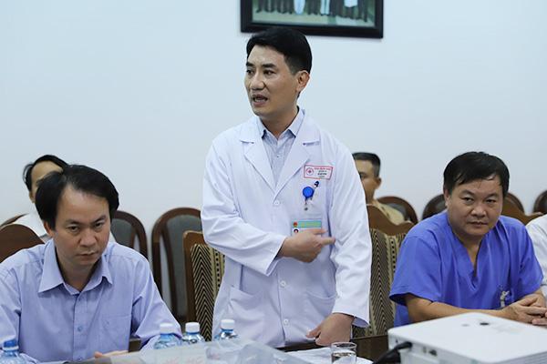 Bác sĩ Lê Đức Nhân thông tin về việc nối thành công cánh tay cho nữ sinh trong vụ tai nạn. Ảnh: Nguyễn Đông.