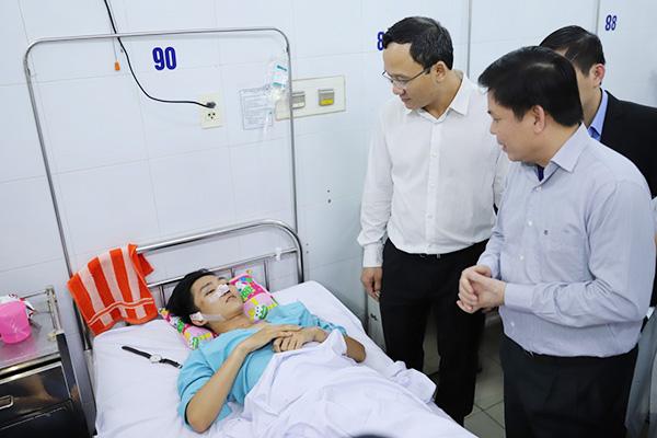 Bộ trưởng Giao thông Nguyễn Văn Thể thăm hỏi các nạn nhân tối ngày 8/1. Ảnh: Nguyễn Đông.