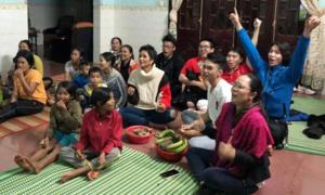 H'Hen Niê ngồi dưới sàn xem đá bóng cùng gia đình