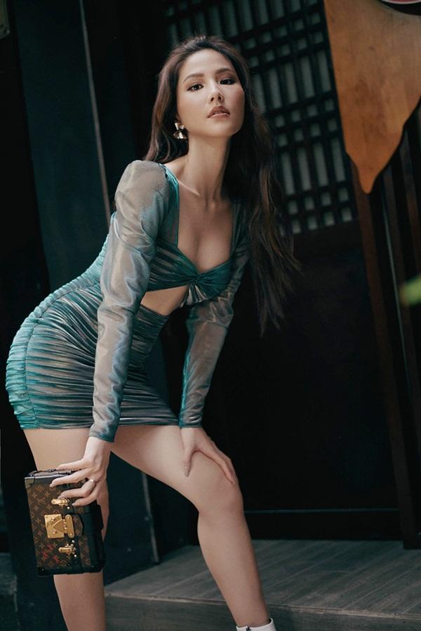 Chi tiết khoét ngực của chiếc váy là điểm nhấn giúp Diễm My nổi bật trên phố.