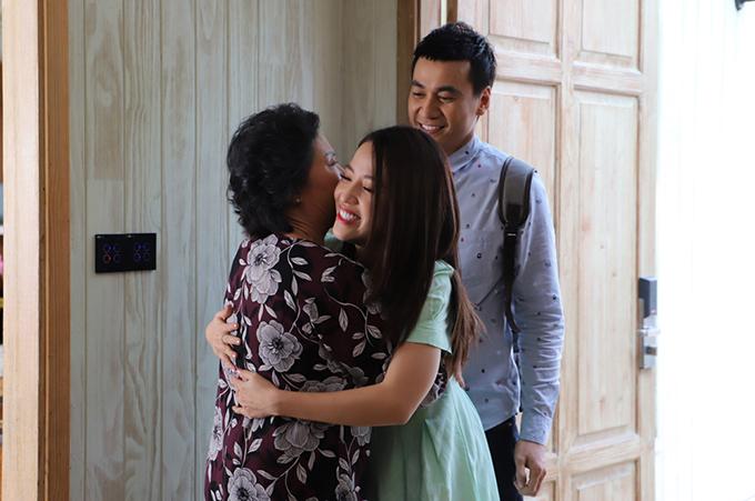 Vợ chồng chú Quang do Ngọc Thuận và Puka đóng cũng trở về, khiến bà nội vỡ òa hạnh phúc.