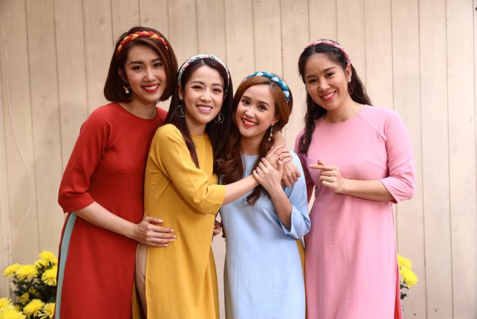 Thúy Ngân, Puka, Phương Hằng và Lê Phương (từ trái sang) hân hoan trong ngày hội ngộ. MV này được quay sau khi bộ phim Gạo nếp gạo tẻ đóng máy.