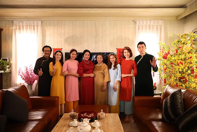 Đại gia đình bà Mai mặc áo dài trong ngày Tết đến xuân về. MV là một món quà ý nghĩa mà các diễn viên và ê kíp Gạo Nếp Gạo Tẻ dành tặng khán giả trước thềm Tết Nguyên Đán Kỷ Hợi 2019. Hiện tại, bộ phim đã chiếu được 107/109 tập.