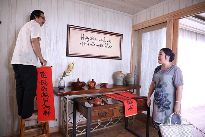 Trên nền nhạc của ca khúc Đi tìm tình yêu, khung cảnh ngày cận Tết của gia đình bà Mai (NSND Hồng Vân) hiện ra.