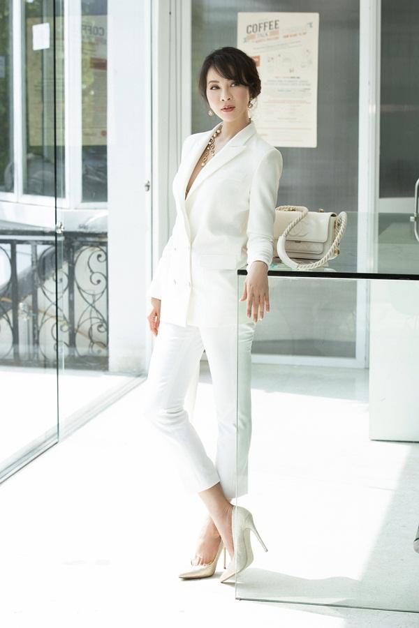Thanh Mai chọn vest và quần âugam màu trắng, có chi tiếtcổ áo cắt xẻ vừa phải giúp nữ MC trông gợi cảm hơn.