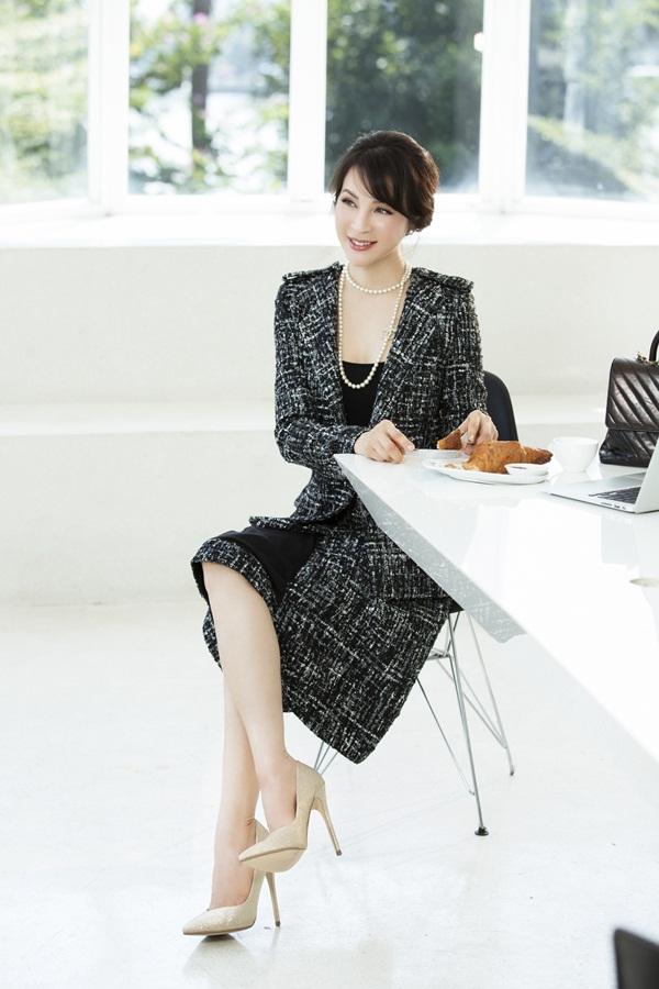 Thanh Mai kết hợp áo và chân váy vải tweedtông đen. Đây là loại vải có bề mặt sần, chống ẩm ướt và giữ ấm tốt, do đó thích hợp với những ngày chuyển mùa cuối năm, phù hợp thời trang từ bình dân đến cao cấp.