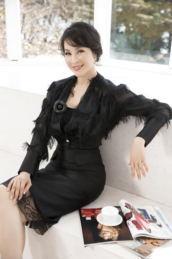 Tông đen được Thanh Mai yêu thích vì tôn khéo làn da trắng mịn của cô.
