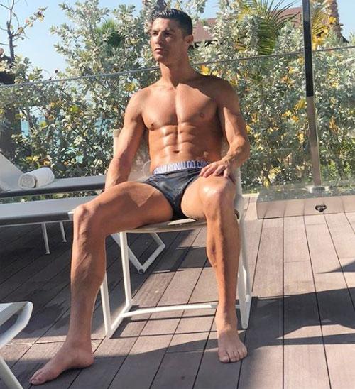 C. Ronaldo si mê ngắm ba vòng của bạn gái còn các fan nữ cũng đắm đuối với thân hình săn chắc, 6 múi