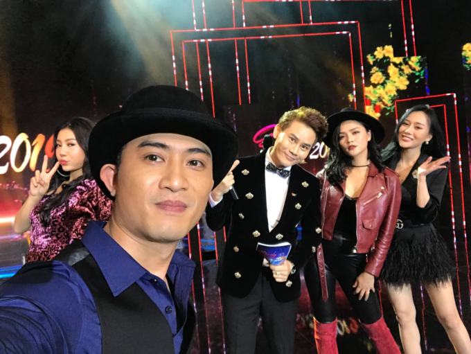 Dàn diễn viên Quỳnh búp bê gồm Phương Oanh, Thu Quỳnh, Thanh Hương hội ngộ cùng Doãn Quốc Đam trong một chương trình cuối năm.