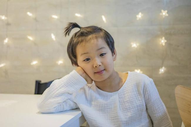 Song Il Gook hôm 9/1 chia sẻ ảnh ba cậu con trai Dae Han, Min Guk, Manse và viết: Ngày mai sẽ cắt tóc. Ba bức ảnh được chia sẻ cho thấy ba nhóc tì của Bố ơi mình đi đâu thế ngày nào giờ đã lớn phổng phao ở tuổi lên 8, khuôn mặt ba cậu bé hầu hết đều rất giống bố.