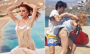 Lindsay Lohan mua bãi biển nơi từng bị bạn trai đánh