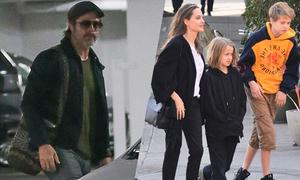 Brad Pitt lặng lẽ ra sân bay trong khi Jolie vui vầy bên các con