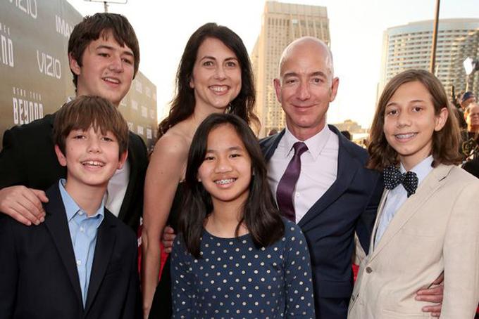 Jeff Bezos và MacKenzie cùng các con tại sự kiện Star Trek Beyond. Ảnh: Mirror.