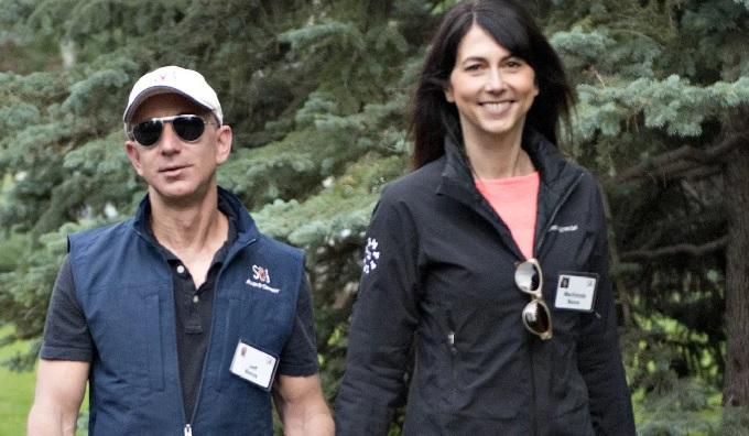 Vợ chồng ông chủ Amazon tại thung lũng Sun, bang Idaho (Mỹ) năm 2013. Ảnh:Bloomberg.