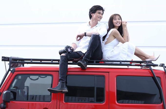 Khánh Hiền có những cảnh quay tình tứ, lãng mạn cùng bạn diễn trên đất Mỹ.