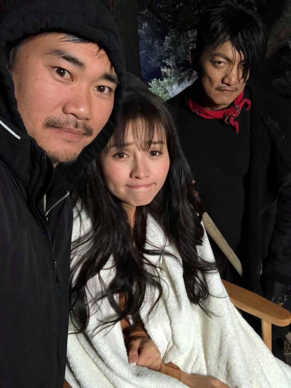 Đạo diễn James Ngô - chồng Khánh Hiền (ngoài cùng bên trái)đến phim trường chăm sóc, động viên vợ.