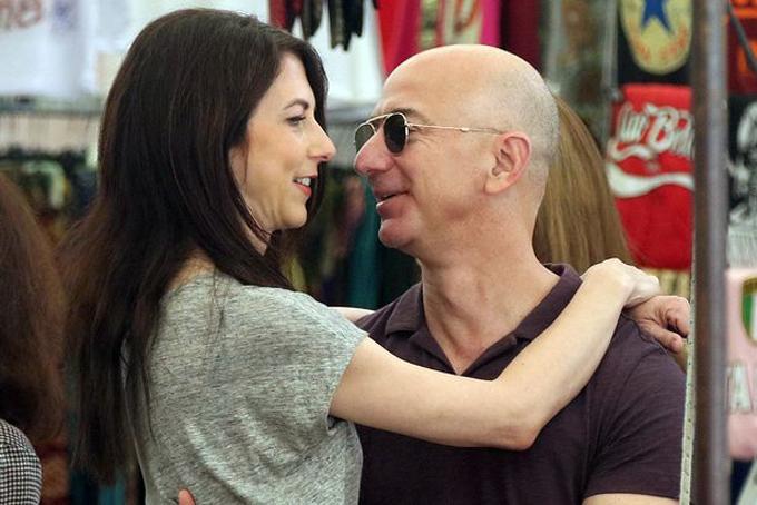 Khoảnh khắc hạnh phúc của vợ chồng ông chủ Amazon khi du lịch tại Rome. Ảnh: Mirror.