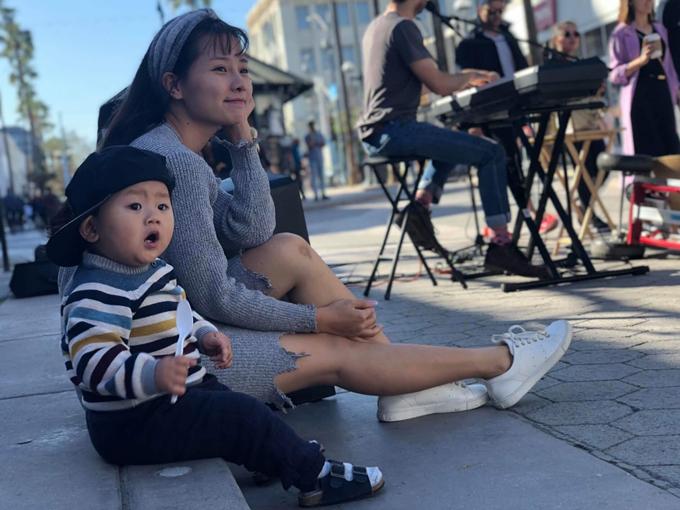 Con trai cô là bé Eric cũng đến xem mẹ đóng phim.