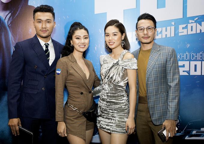 Diễn viên Xuân Phúc (ngoài cùng bên trái) mặc lịch lãm đi xem phim cùng vợ mới cưới (váy kẻ). Đôi vợ chồng chụp ảnh cùng diễn viên Trương Thanh Long (đeo kính) và một người bạn.
