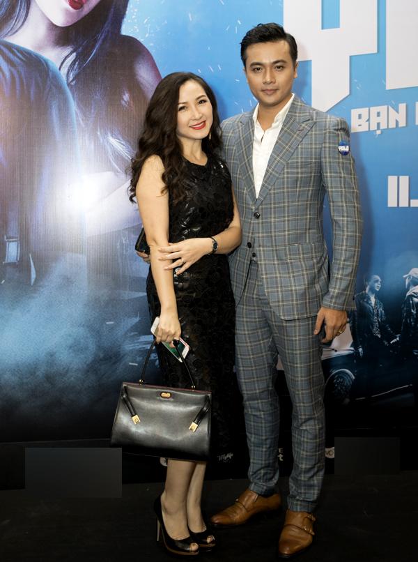 Diễn viên Khánh Huyền chụp ảnh cùng đàn em Hà Kim.