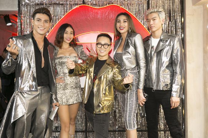 Tối 9/1, Võ Hoàng Yến đưa các thí sinh xuất sắc trong team The Face đến chúc mừng nhà thiết kế Chung Thanh Phong ra mắt thương hiệu mỹ phẩm mới.