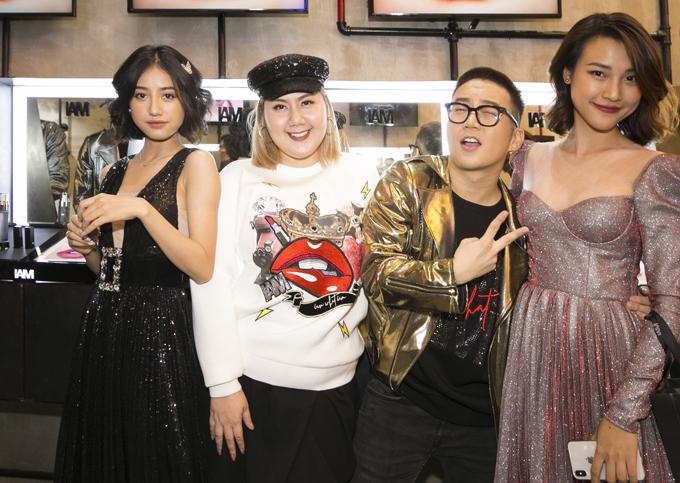 Góp mặt trong sự kiện còn có sự xuất hiện của nhiều ngôi sao trẻ, những nghệ sĩ thân thiết và luôn ủng hộ Chung Thanh Phong hết mình. Các diễn viên trong phim Tháng năm rực rỡ chụp ảnh cùng Chung Thanh Phong.