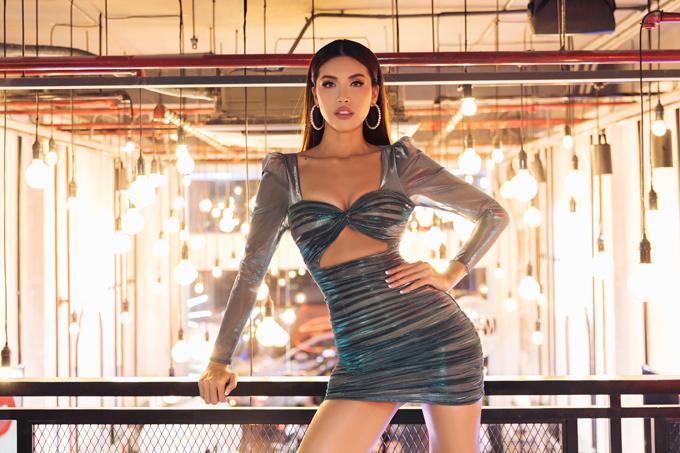 Minh Tú nổi bật giữa dàn người đẹo nhờ mẫu váy bó sát, khoét ngực độc đáo.