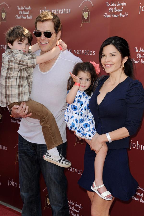 [CaptioSanchez và Whitesell có hai con gồm một trai, một gái. Ngoài ra, Sanchez còn có một con gái năm nay 18 tuổi với người chồng đầu tiên, cựu tuyển thủ bóng bầu dục Mỹ Tony Gonzalez. Trong ảnh, cô và con trai tại một sự kiện bóng rổ năm 2003.