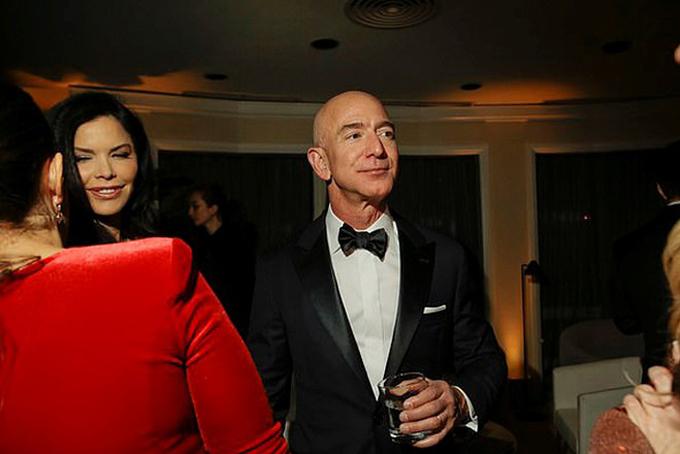 Sanchez xuất hiện bên cạnh tỷ phú Bezos hôm 6/1, tại tiệc lễ trao giải Quả cầu vàng 2019. Hiện Amazon chưa đưa ra bất kỳ bình luận nào về mối quan hệ này. Tuy nhiên theo các nguồn tin
