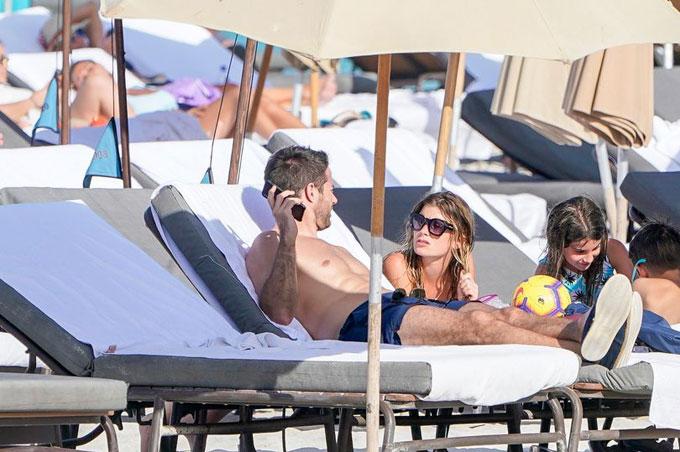 Trong khi đó, Jamie Redknapp đi nghỉ mát cùng hai con trai và bảo mẫu