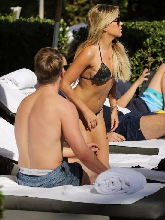 Mỹ nhân 40 tuổi khoe thân hình gợi cảm, nuột nà trong bộ bikini
