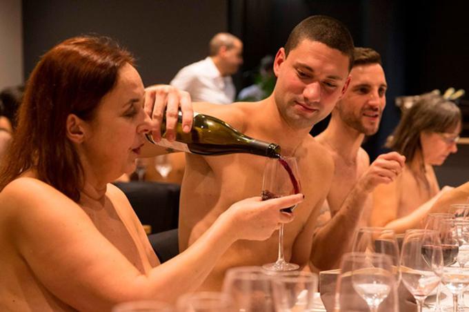 Thực khách thưởng thức rượu vang đắt tiền ở Onaturel. Ảnh: AFP.
