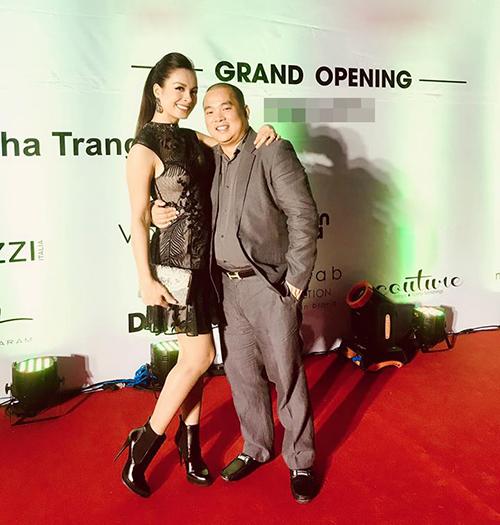 Vợ chồng Thúy Hạnh - Minh Khang tình tứ pose hình khi dự sự kiện.
